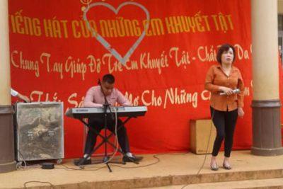 Thầy cô giáo và các em học sinh trường TH Lê Quý Đôn đã chung tay giúp đỡ đoàn khuyết tật tỉnh Đăk Lăk